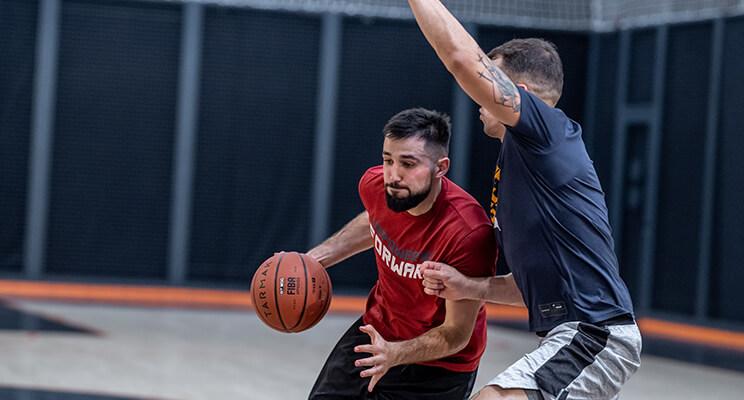 Jakie są zasady gry w koszykówkę? Jak interpretować przepisy?