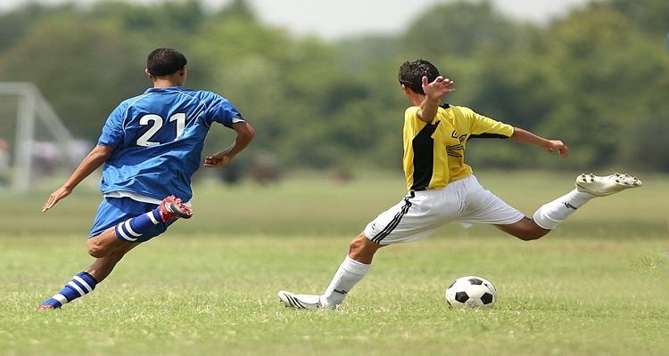 Zasady gry w piłkę nożną. Czym jest rzut wolny pośredni, a kiedy jest spalony?