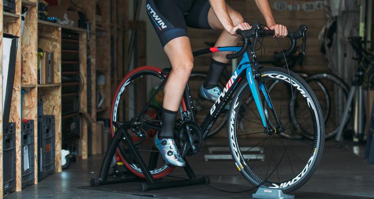 Jak trenować w domu na trenażerze rowerowym?